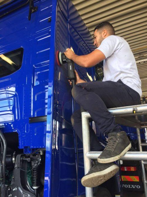 Volvo vrachtwagen polijsten