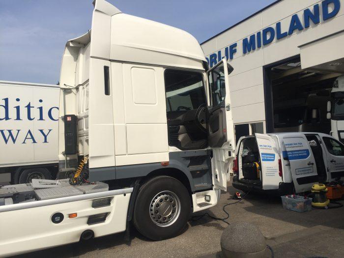 Vrachtwagen interieur reinigen - Autowassen aan huis